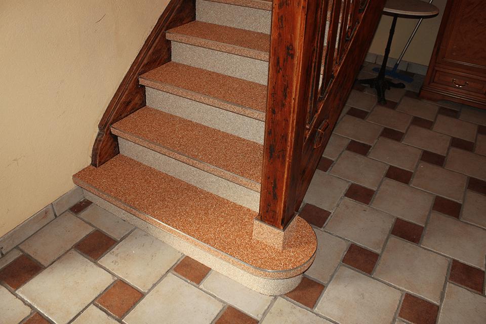 Steinteppich_Natursteinteppich_Boden_Holzstiege_Sanierung_terrakotta_Marmor