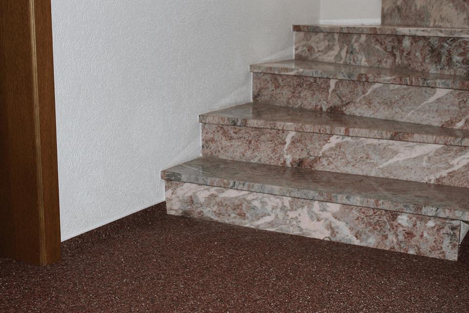 Steinteppich_Natursteinteppich_Boden_Vorraum_dunkelbrauner_Marmor_kombiniert_Granit_Boden