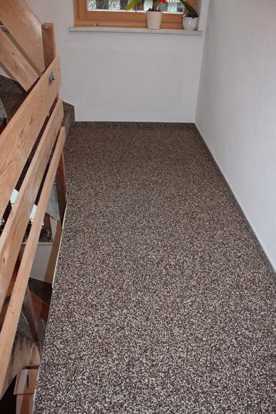 Steinteppich_Natursteinteppich_Boden_Stiegenhaus_dunkelNatur_Quarz_Holzgelaender