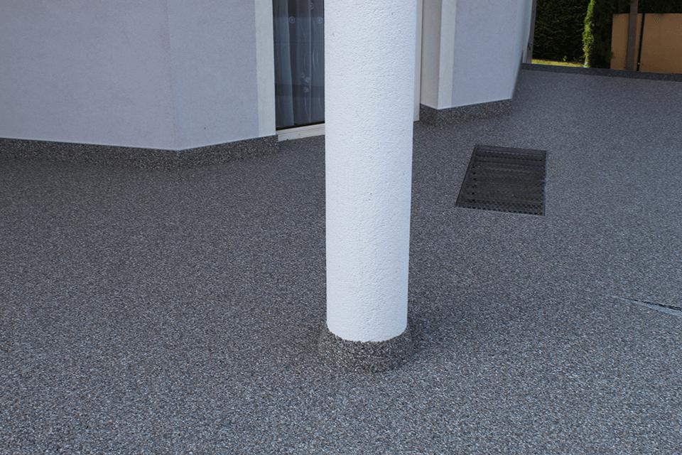 Steinteppich_Natursteinteppich_Terrasse_aussen_hellgrauerMarmor_Sauele