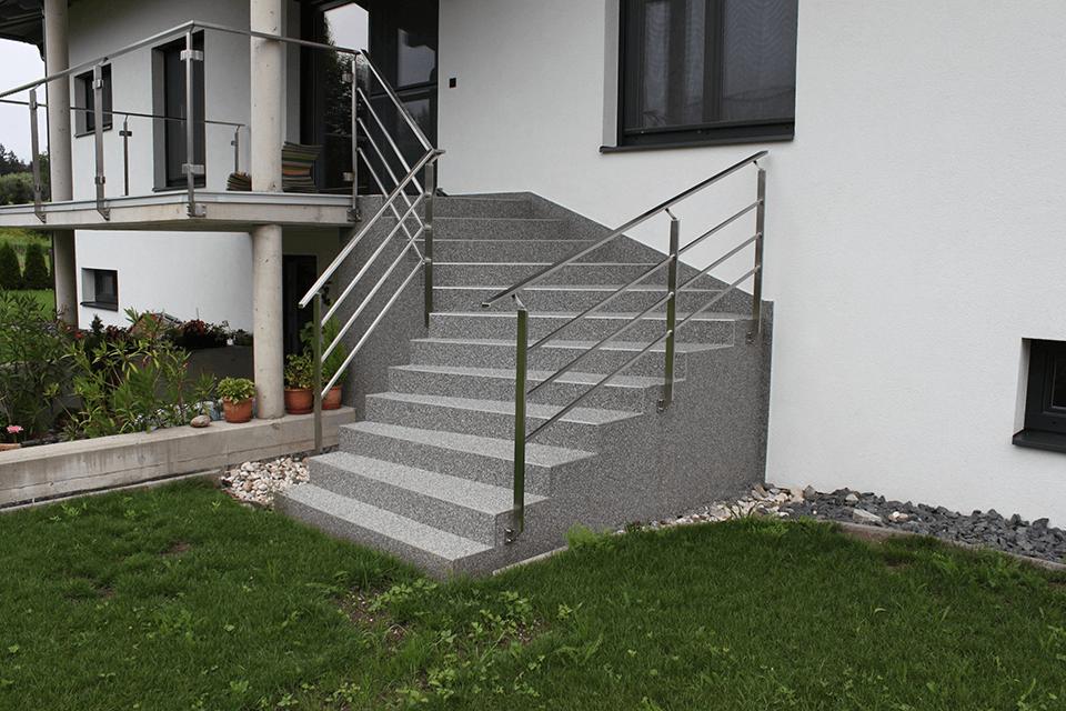 Steinteppich_Natursteinteppich_Eingangsstiege_aussen_hellgrau_Edelstahlgelaender